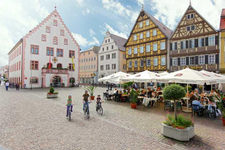 Bad_Mergentheim_Markplatz_mit_altem_Rathaus