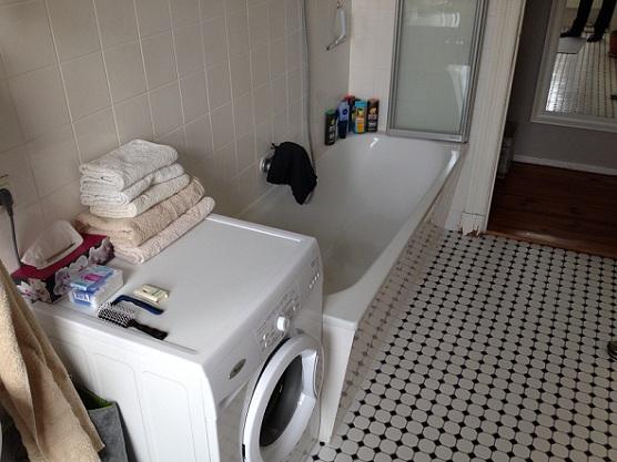 Berlin Kreuzberg Badezimmer mit Waschmaschine