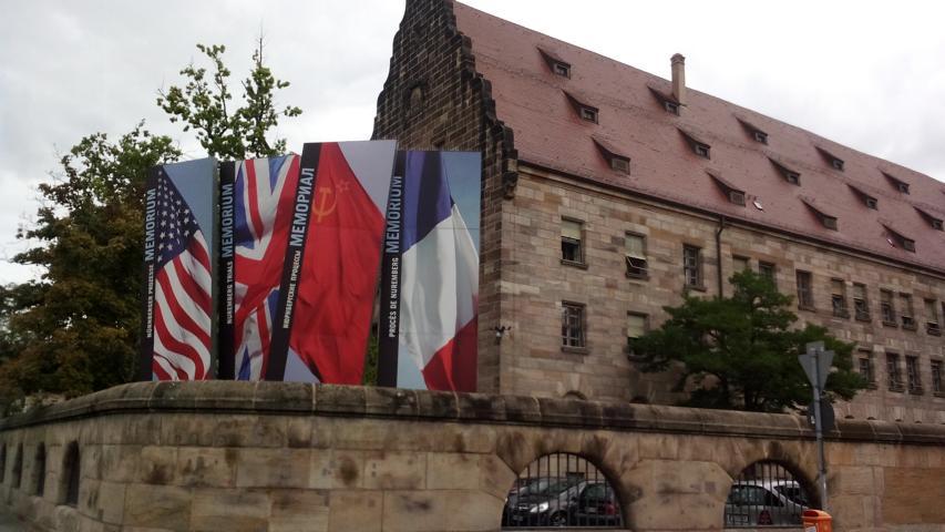 Fahnen vor dem Justizgebäude der Nürnberger Kriegsprozesse an der Fürther Straße